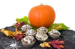 9043-halloween-cupcakes-with-a-pumpkin-pv
